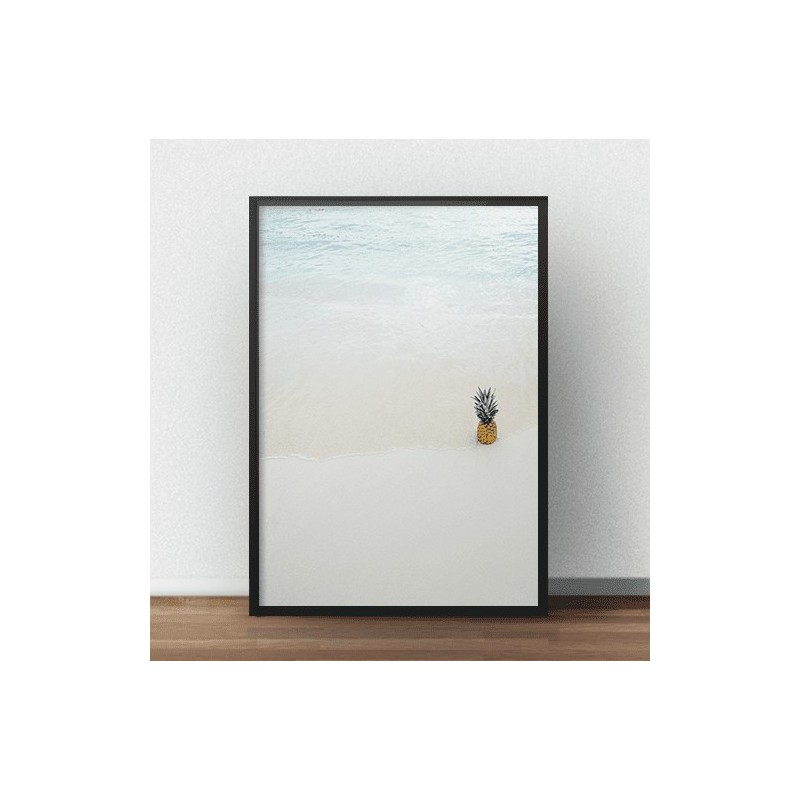 Plakat fotograficzny przedstawiający ananasa na plaży na brzegu oceanu