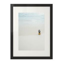 Kolorowa grafika na ścianę z ananasem skąpanym w krystalicznie czystym oceanie