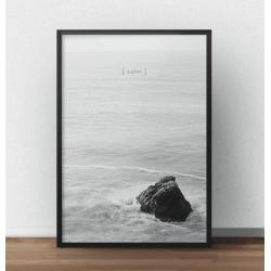 """Czarno-biały plakat przedstawiający skałę po środku oceanu z napisem """"Calm"""""""