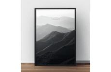 """Czarno-biały plakat przedstawiający fotografię gór z napisem """"Silence"""" w górnej części plakatu"""