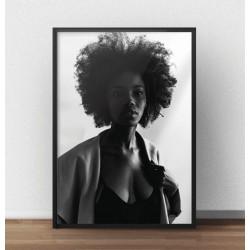 Nowoczesny plakat z czarnoskórą pięknością na tle jasnej ściany