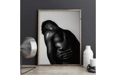 Plakat z czarnoskórym mężczyzną na tle ciemnej ściany
