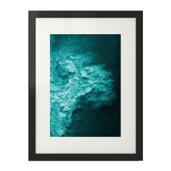 Nowoczesny plakat fotograficzny przedstawiający ocean i windsurferów z lotu ptaka