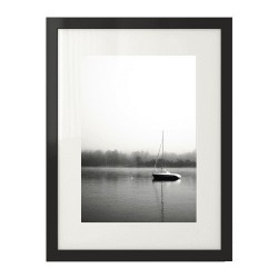 Plakat na ścianę przedstawiający samotną żaglówkę na spokojnej wodzie