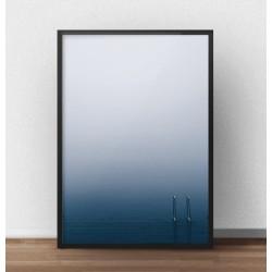 Tajemniczy plakat przedstawiający zejście z pomostu do spokojnej wody wieczorową porą