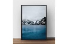 Skandynawski plakat fotograficzny przedstawiający jezioro otoczone śnieżnymi górami