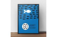 """Niebieski plakat motywacyjny z rybkami """"Go against the stream"""""""