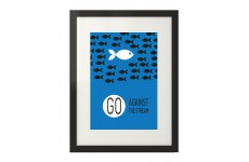 """Niebieska grafika na ścianę z motywacyjnym przesłaniem """"Go against the stream"""""""