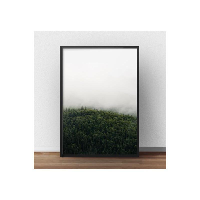 Plakat przedstawiający zieloną koronę drzew zatopioną w mlecznej mgle
