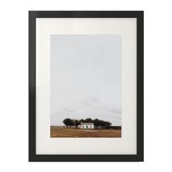 Skandynawski plakat przedstawiający samotny domek pośród pola. Plakat prezentowany jest w ramie z passeartout.