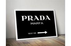 """Czarna wersja plakatu z napisem """"PRADA - Marfa"""" w wariancie poziomym"""