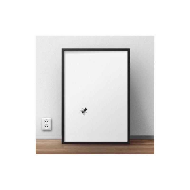 Minimalistyczny plakat z grafiką przedstawiająca muchę siedzącą na plakacie