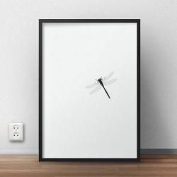 Minimalistyczny czarno-biały plakat z siedzącą na nim ważką