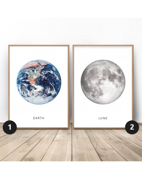 """Zestaw dwóch białych plakatów """"Ziemia i księżyc"""""""