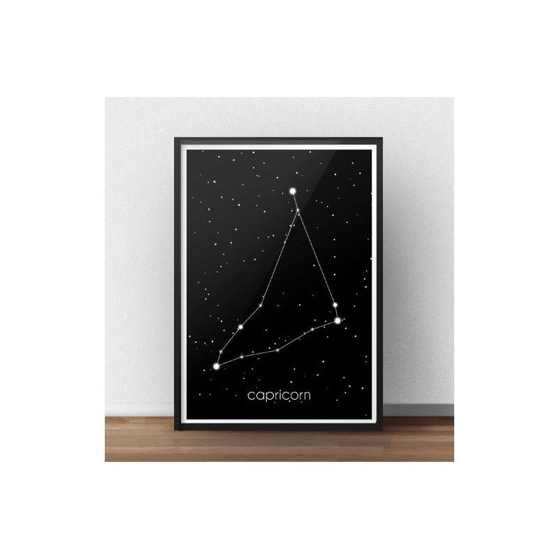 Czarny plakat ze znakiem zodiaku i gwiazdozbiorem Koziorożca z podpisem w łacinie