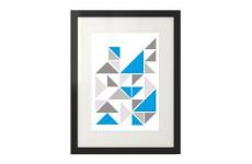 Skandynawski plakat z niebieskimi trójkątami w ramie