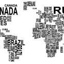 Zbliżenie na fragment plakatu z mapą świata utworzoną z nazw państw