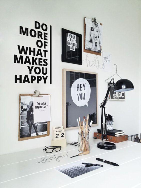 Plakaty motywacyjne w nowoczesnym biurze