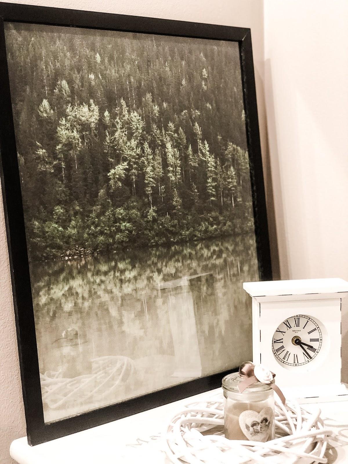 Efektowny plakat z motywem pięknie odbijającego się w wodzie zielonego lasu