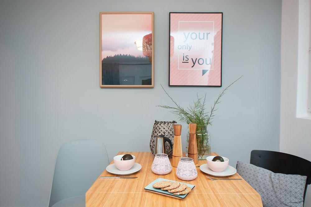 Zestaw plakatów łączący w sobie nowoczesny napis z naturalnym pięknem