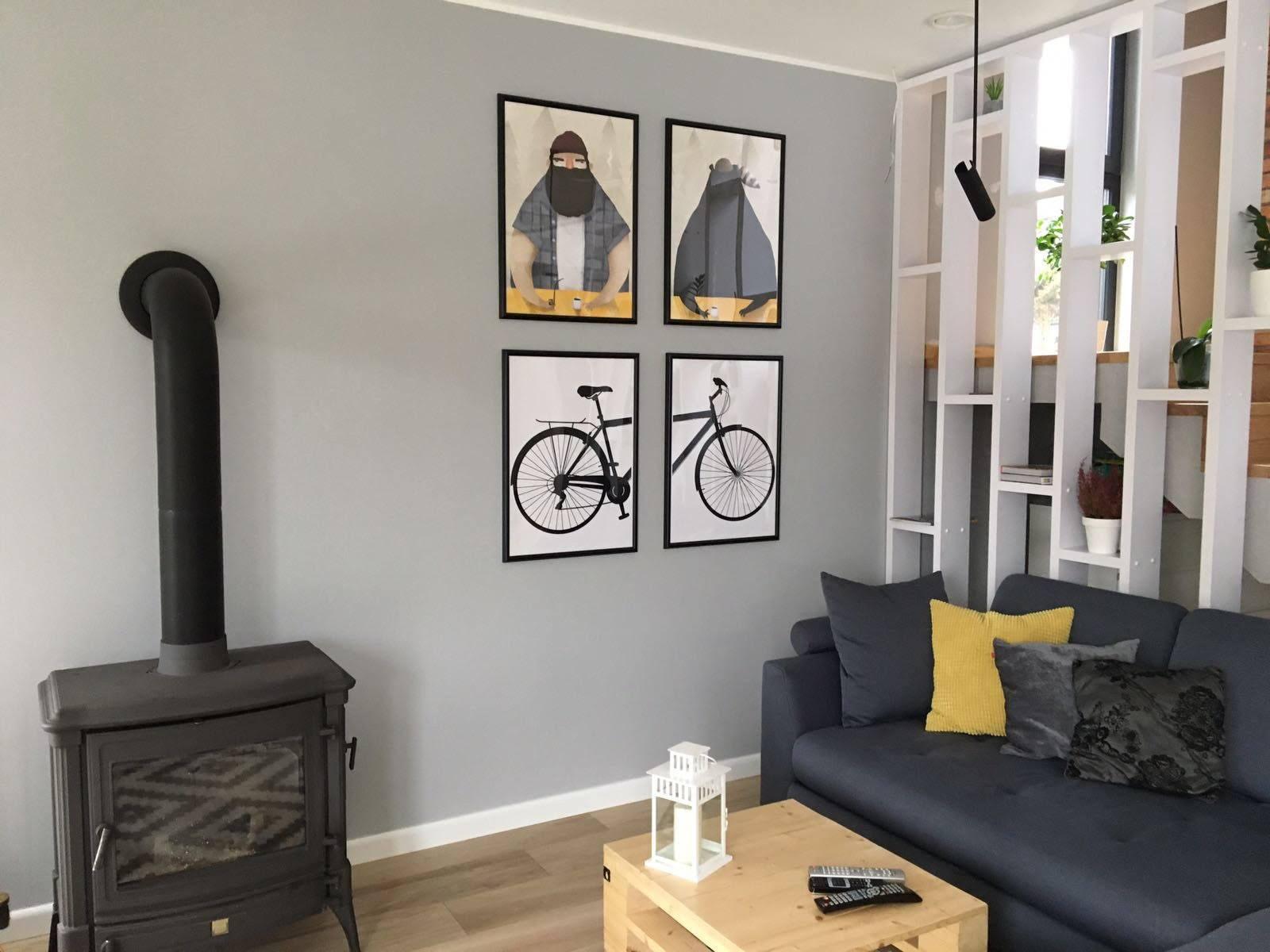 Czarno-biały plakat z połową roweru